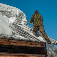Neige et glace causant des dommages en tombant du toit